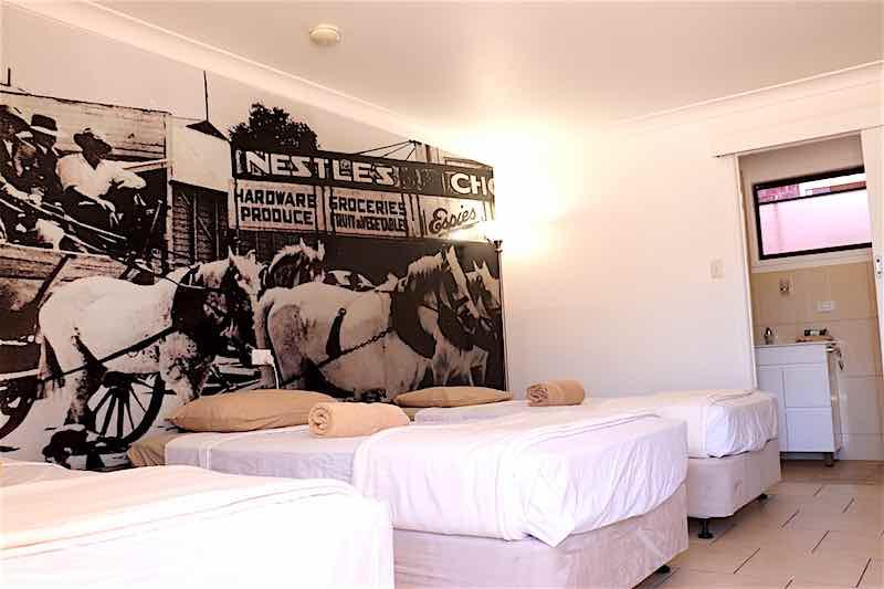 moteldeluxe_room